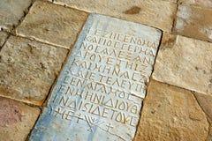 Forntida skrift som snidas på en sten Royaltyfri Foto