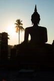 Forntida skulptur av en sammanträdeBuddha fördärvar in av Wat Tra Phang Ngoen på solnedgången Sukhothai Royaltyfri Foto