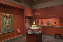 Forntida skulptur i inre av den asiatiska konstmuseet i rött rum Royaltyfri Foto