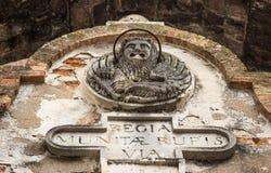 Forntida skulptur på väggen av en byggnad i form av ett lejon i staden av Kotor, Montenegro royaltyfria foton