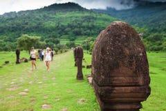 Forntida skulptursandstenpelare på vaten Phou, södra Laos Turist-, berg- och molnbakgrunder offentlig park UNESCOvärld royaltyfri bild