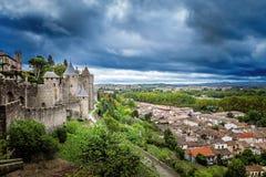 Forntida slott av den Carcassonne fästningen som förbiser den sydliga Frankrike bygden Royaltyfri Foto