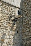Forntida slott med gatalampan, fönstret och vattenröret för arkivbilder
