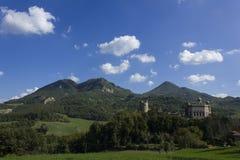 Forntida slott med landskapberg Arkivfoto