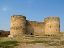 Forntida slott med två runda torn Arkivbild