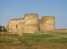 Forntida slott med två runda torn Fotografering för Bildbyråer