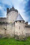 Forntida slottväggar av den Carcassonne fästningen som förbiser den sydliga Frankrike bygden Royaltyfri Fotografi