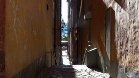 Forntida smal gata i centrala Stockholm gammal town arkivfilmer