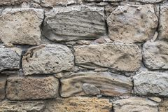 Forntida smula stenar lokaliseras i den gamla fästningväggen arkivbild