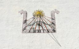 Forntida solur på den vita väggen på Wolfenschiessen i Schweiz arkivbild