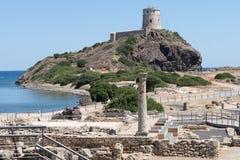 Forntida spanskt torn av Coltellazzo och den gamla staden Nora Arkivfoton