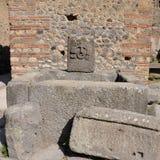Forntida springbrunn i gatorna av Pompeii royaltyfria foton