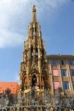 Forntida springbrunn i Nuremberg Arkivfoton