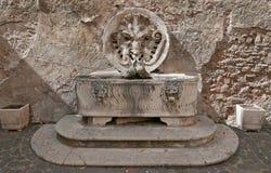 Forntida springbrunn i Rome, Italien fotografering för bildbyråer
