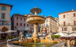 Forntida springbrunn på Piazza del Comune i Assisi, Umbria, Italien Arkivbilder