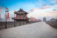 Xian forntida stadsvägg på skymningen Arkivbild
