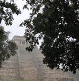 Forntida stad av Chichen Itza på en regnig dag, Yucatan, Mexico royaltyfri foto