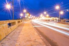 Forntida stad av den skyddade Nesebar UNESCO - Väg nattljus, väderkvarn Långt exponeringsfoto som tas tunn Långt taget exponering Royaltyfri Bild