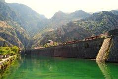 Forntida stad av Kotor på flodstranden Arkivfoton