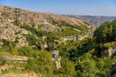 Forntida stad i grottorna av Khndzoresk fotografering för bildbyråer