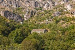 Forntida stad i grottorna av Khndzoresk royaltyfri foto