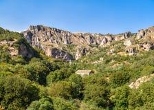 Forntida stad i grottorna av Khndzoresk royaltyfria bilder