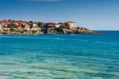 Forntida stad på en stenig avsats nära havet Arkivfoto