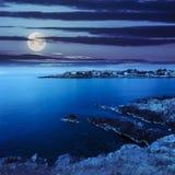 Forntida stad på en stenig kust nära havet på natten Royaltyfria Foton