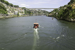 Forntida stad Porto, fartyg, flod Douro, bro Royaltyfria Bilder