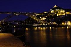 Forntida stad Porto, metallisk D.Luis-bro på natten Royaltyfri Bild
