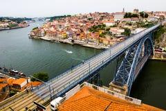 Forntida stad Porto, metallisk Dom Luis bro Arkivbild