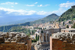 Forntida stad Taormina på den Sicilian kusten Arkivbild
