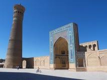 Forntida stad under blå himmel: fyrkant med minarettornet och moskéingången Arkivbilder