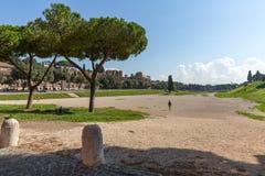 Forntida stadioncirkus Maximus med blå himmel och moln, Rome royaltyfria foton