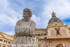 Forntida staty av en åldrig kvinna nära en italiensk kyrka royaltyfri fotografi