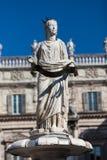 Forntida staty av springbrunnen Madonna Verona på piazzadelle Erbe, Italien Royaltyfria Bilder