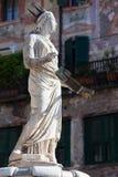 Forntida staty av springbrunnen Madonna Verona på piazzadelle Erbe, Italien Arkivbilder