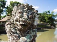 Forntida staty nära templet Fotografering för Bildbyråer