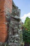 Forntida staty på tempelporten Taman Ayun Arkivfoto