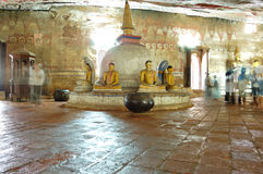 forntida statyer för buddha grottadambulla Royaltyfri Bild