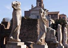 Forntida statyer i staden av Rome Arkivfoton