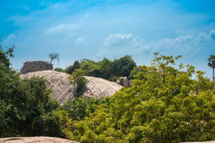 Forntida stegar på stenar i Makhabalipuram, ett landskap Royaltyfri Bild