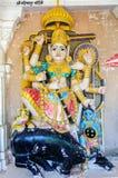 Forntida sten buktade skulpturer av hinduiska gudar och gudinnan Royaltyfri Foto