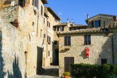 Forntida sten- och tegelstenhus i den historiska mitten av San Gimignano royaltyfri foto