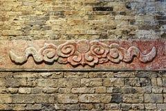 Forntida sten som snidas med molnmodellen Royaltyfri Bild