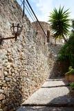 Forntida sten stenlagd gata arkivbild