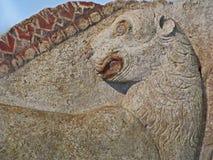 Forntida stena att snida för lejonlättnad Thracian tider lökformig royaltyfria foton