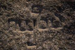 Forntida stena gravyr i det georgian alfabetet arkivfoton