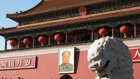 Forntida stena lejonet och den Mao Zedong ståenden i den Tiananmen fyrkanten, Kina lager videofilmer