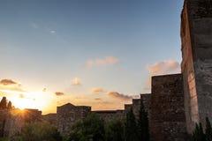 Forntida stenarkitektur på solnedgången royaltyfria foton